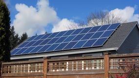 Panel Słoneczny na domu w sąsiedztwie zakrywa najwięcej dach obrazy stock