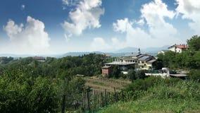 Panel słoneczny na domu w wiosce zdjęcie wideo