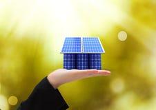 panel słoneczny na ręce słonecznej baterii roof/zielonych świateł tło royalty ilustracja