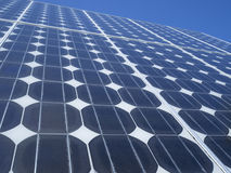 Panel słoneczny photovoltaic komórek niebieskie niebo Obrazy Royalty Free