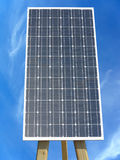 Panel słoneczny przeciw niebieskiego nieba tłu Zdjęcie Royalty Free