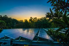 Panel słoneczny przy świtem zdjęcie royalty free