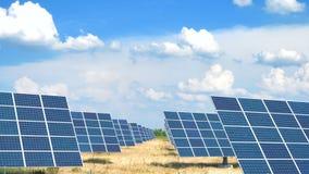 Panel słoneczny przy polem przy gorącym słonecznym dniem z niebieskim niebem zbiory wideo