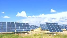 Panel słoneczny przy polem przy gorącym słonecznym dniem z niebieskim niebem zbiory