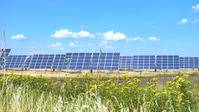 Panel słoneczny przy polem przy gorącym słonecznym dniem z niebieskim niebem zdjęcie wideo