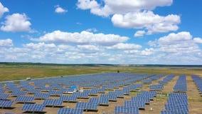 Panel słoneczny przy polem z pięknymi chmurami zbiory wideo