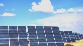 panel słoneczny stoi przy polem zdjęcie wideo