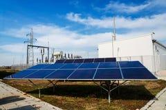 Panel słoneczny w elektrowni przeciw silnika wiatrowego tłu Obraz Royalty Free