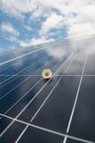 Panel słoneczny przeciw niebieskiemu niebu Fotografia Royalty Free