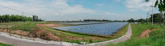 Panel słoneczny tropi systemy z bardzo chmurnieje i bardzo niebieskie niebo w Tajlandia, panorama Obraz Royalty Free