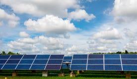 Panel słoneczny tropi systemy z chmurami szaleje przybycie tutaj Zdjęcie Stock