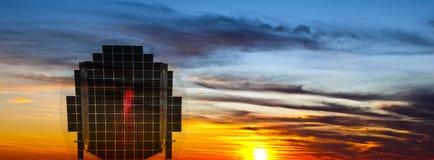 panel som mottar sol- solljussolnedgång Arkivbild