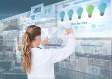 panelen achtergrond met van de websites (de blauwe) donkere stad vrouw arts het doen verdunt op de schermen Royalty-vrije Stock Afbeelding