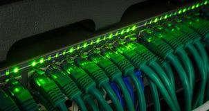 Panelen för nätverksserveren, strömbrytaren och lappkabel kablar i datorhall Arkivbild