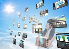 panelen met (donkere) websites op de hemel voor vrouw dat ` s het kijkt Royalty-vrije Stock Foto