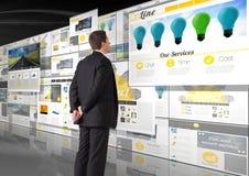 panelen met (gele) websites, donkere achtergrond, bedrijfsmens die de panelen kijken Stock Fotografie