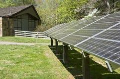 Paneler för sol- energi bak byggnad Arkivbild
