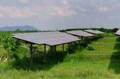 Paneler för sol- energi på ett grönt fält Royaltyfri Bild