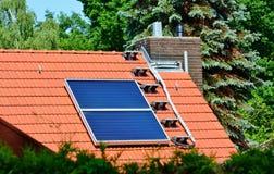 Paneler för sol- energi på taket av huset Arkivbild