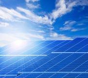 Paneler för solljus och för sol- cell mot härliga klara blått sk Arkivbild