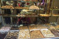 panellets的分类在面包点心店的 免版税库存图片