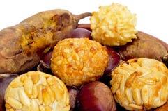 Panellets e castagne e patate dolci arrostite, snac tipico Immagine Stock