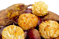 Panellets und gebratene Kastanien und Süßkartoffeln, typisches snac Stockbild