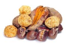 Panellets und gebratene Kastanien und Süßkartoffeln, typisches snac Stockbilder