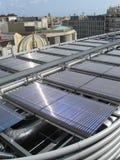 panels den sol- rooftopen Arkivfoto