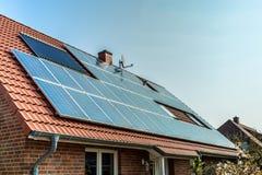 panels det sol- röda taket Arkivfoto