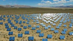 panels sol- Sol- energi en alternativ källa av energi är solpaneler royaltyfri bild