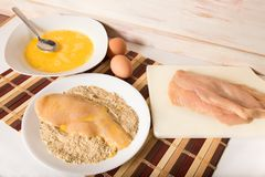 Panera fega kotletter i brödsmulor och ägg Royaltyfria Foton