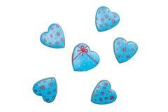 Panes de jengibre azules de los corazones de las tarjetas del día de San Valentín en el fondo blanco Corazón verde estilizado de  Fotografía de archivo libre de regalías