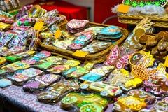 Panes de jengibre coloridos con la diversa formación de hielo en el mercado de la Navidad de Riga Fotografía de archivo libre de regalías
