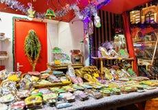 Panes de jengibre coloridos con la formación de hielo en el mercado de la Navidad de Riga Foto de archivo libre de regalías