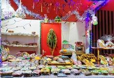 Panes de jengibre coloridos con la formación de hielo en el mercado de la Navidad de Riga Fotografía de archivo