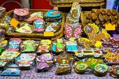 Panes de jengibre coloridos con la formación de hielo en el mercado de la Navidad de Riga Fotografía de archivo libre de regalías