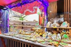 Panes de jengibre coloridos con la formación de hielo en mercado de la Navidad de Riga Imagenes de archivo