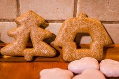 Panes de jengibre en la cocina foto de archivo libre de regalías