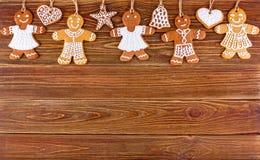 Panes de jengibre hechos en casa de la Navidad con las cuerdas en los tableros de madera Fotografía de archivo