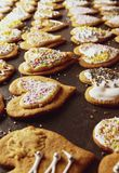 Panes de jengibre de la Navidad con helar y decoraciones fotografía de archivo