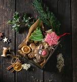 Panes de jengibre modelados hechos a mano de la Navidad Fotografía de archivo libre de regalías