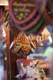 Panes de jengibre y bastones de caramelo en el mercado de la Navidad fotografía de archivo libre de regalías