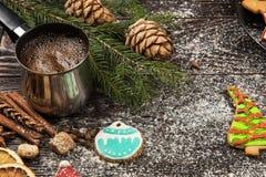 Panes de jengibre y café por Años Nuevos o la Navidad Fotografía de archivo