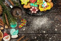 Panes de jengibre y café por Años Nuevos o la Navidad Foto de archivo
