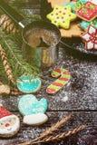 Panes de jengibre y café por Años Nuevos o la Navidad Imágenes de archivo libres de regalías