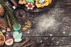 Panes de jengibre y café por Años Nuevos o la Navidad Imagenes de archivo