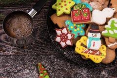 Panes de jengibre y café por Años Nuevos o la Navidad Imagen de archivo libre de regalías