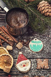 Panes de jengibre y café por Años Nuevos o la Navidad Fotos de archivo