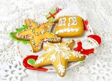 Panes de jengibre y decoración de la Navidad Imágenes de archivo libres de regalías
